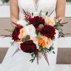 Hosting a fall wedding at the beach? Very doable. Hosting a fall wedding with fall décor? Here are a few fall wedding trends you can take to the beach.