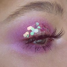 Going to attempt to do #100daysofmakeup but chances are I've forgotten about it tomorrow heheeee. Gonna try to push myself tho  DAY 1: (btw i'm meaning to buy new glitter, bear with meh) @urbandecaycosmetics spectrum palette, @anastasiabeverlyhills brow powder in ash brown, @salonperfect 615 lashes, @elfcosmetics moonlight pearls highlight  #urbandecay #urbandecaycosmetics #salonperfect #100daysofmakeupchallenge #elfcosmetics #urbandecayspectrum #motd