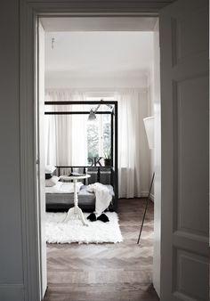 Puro estilo nórdico en blanco, negro y gris. Me encanta cómo está colocada la tarima!