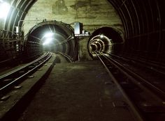 Underneath London, down below the London underground, lies an abandoned tube network previously used by the royal mail. © CitySubstructure Tube Train, Train Tunnel, London Underground Tube, Derelict Buildings, Train Times, London Landmarks, Train Tracks, London Calling, Train Station