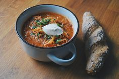 Sauerkraut ist nicht nur gesund, weil es so viele Vitamine enthält. Es liefert auch viele verschiedene Mineralstoffe. Außerdem fördert es eine gesunde Darmflora und Verdauung. Zudem passt Sauerkraut perfekt für eine stärkende Suppe zur (noch) kalten Jahreszeit Die Kombination von Sauerkraut, würzigen Speck und Sauerrahm ist lecker und sättigend. Organic Recipes, Ethnic Recipes, Chili, Curry, Soup, Losing Weight, Food Food, Curries, Chile