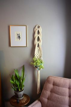 Charming Hanging Plants ideas to Brighten Your Patio – Gardening Decor Modern Macrame, Macrame Art, Macrame Projects, Macrame Knots, Macrame Bracelets, Loom Bracelets, Friendship Bracelets, Macrame Plant Hanger Patterns, Macrame Plant Holder