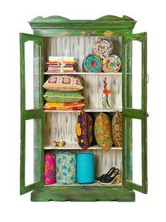 mueble con estantes color verde estilo boho