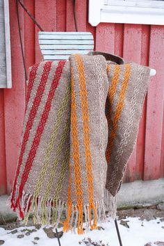 Värikkäät nauhamaiset loimiraidat koristavat rouheisen villahuovan pintaa. Folklore (3497) Mallikerta-lehti nro 4/2014.