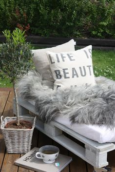This pallet bench + old crib mattress + stylish pillows and furry blanket = glamorous upgrade Outdoor Furniture Plans, Pallet Furniture, Garden Furniture, Furniture Ideas, Sofa Ideas, Pallet Lounger, Pallet Bench, Diy Pallet, Pallet Seating
