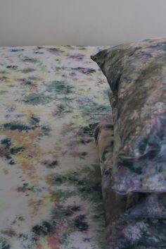 J'ai fait un ensemble de feuilles et une feuille à plat.  Le drap plat est trop trippy et est en attente d'un bain de teinture grise pour le calmer.  J'aime la façon dont celles-ci se sont avérés bien.