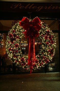 ۞ Welcoming Wreaths ۞ DIY home decor wreath ideas - Christmas wreath with lights