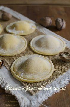 ravioli noci e ricotta ricetta-ravioli-fatti-in-casa-facili Pizza Recipes, Cooking Recipes, Pasta Al Pesto, Pasta Maker, Italian Pasta, Homemade Pasta, Winter Food, Relleno, Italian Recipes