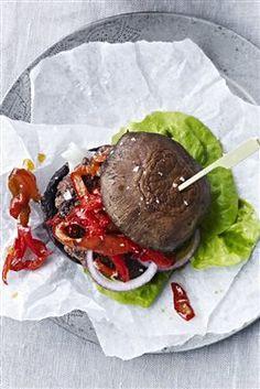 Prøver du at skære ned på det lyse brød? Læs her, hvordan du laver en lækker burger med portobellosvampe i stedet for almindelige burgerboller.