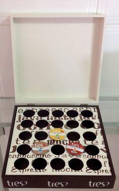 Caixa porta cápsulas de café TRÊS CORAÇÕES, trabalhada com pintura, carimbo, stencil e papel.    Pode ser feita para cápsulas de café Dolce Gusto, Nespresso e 3 Corações.