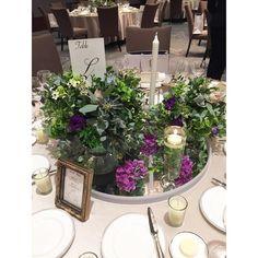 いいね!688件、コメント2件 ― 黒沢 祐子 Yuko Kurosawaさん(@yukowedding)のInstagramアカウント: 「today's wedding flower 秋の始まりを感じるくすみグリーンと ポイントにパープル グリーンのアイビーを少しゴールドに 塗って貰いました 15テーブルのうち5テーブルは…」