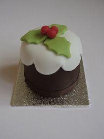 Little christmas pudding cakes. Mini Christmas Cakes, Christmas Cake Designs, Christmas Cake Decorations, Christmas Sweets, Christmas Cooking, Christmas Goodies, Xmas Cakes, Mini Cakes, Cupcake Cakes