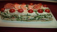 Pastel de sandwich con salmón, langostinos y aguacate.