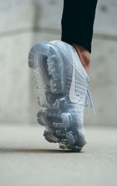 transparent VAPORMAX nike New Nike Air, Nike Air Vapormax, Grey Nikes, Outlet, Sneakers Fashion, Fashion Shoes, Nike Shoes, Shoes Sneakers, Ciabatta