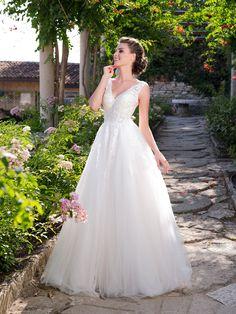 Krásne svadobné šaty áčkového strihu s tylovou sukňou a s v-čkovým výstrihom