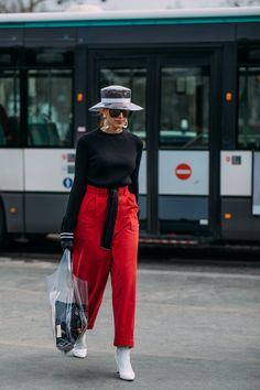 See every unforgettable street style outfit from paris fashion week right h Colourful Outfits, Trendy Outfits, Fashion Outfits, Fashion Trends, Paris Outfits, Moda Paris, Fashion Week 2018, Evening Outfits, Red Pants