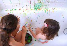 Voici une activité sensorielle qu'on aime particulièrement : la bainture, ou peinture dans la baignoire. L'idée, c'est de fabriquer de la peinture soi même (elle est comestible, s…