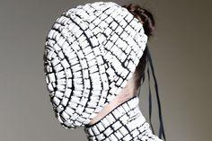Un modèle de masque Maison Martin Margiela, présenté lors de la semaine de la haute couture de Paris, en juillet 2013.