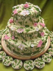 floral ideas for outdoor weddings | Flower cake with cupcakes.