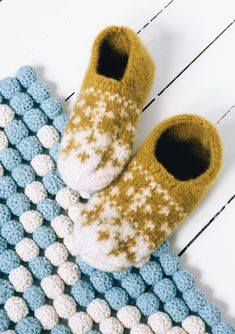 Click to enlarge Xmas, Christmas Ornaments, Knitted Hats, Knit Crochet, Slippers, Socks, Knitting, Mini, Fabric