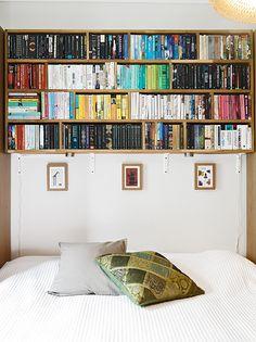 Estanterías con libros en el dormitorio.