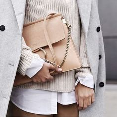 Nude bag | How to wear a nude bag | Grey coat | Beige sweater | Beige bag | White blouse | Inspo | More on fashionchick.nl
