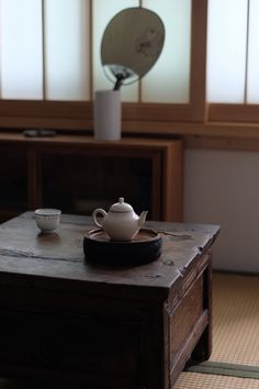 The boiling water is poured over the leaves in the pot and the teapot is promptly covered to steep for several minutes. In this way, the fragrance remains there, and the tea tastes the. Chinese Tea Room, Tea Room Decor, Japanese Style House, Art Asiatique, Tea Tray, Oolong Tea, Japanese Interior, Asian Decor, Interior Exterior
