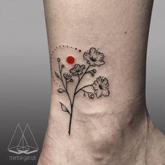 Artista Tatuador: Mentat Gamze. Tags: estilos, Ilustración, Naturaleza, Flores. Partes del cuerpo: Tobillo.