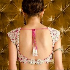 9 Best looking Low Neck Blouse Designs Here are the 9 Best Low neck blouse designs that will give you a sexy appeal without overdoing things. Sari Blouse Designs, Choli Designs, Saree Blouse Patterns, Blouse Styles, Outfit Styles, Saree Styles, Indian Attire, Indian Ethnic Wear, Indian Outfits
