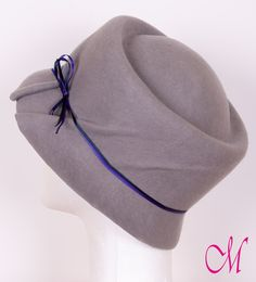 Sombrero Irlanda. Sombrero años 70 de fieltro de lana gris con lazo de raso azul y morado. www.monetatelier.com