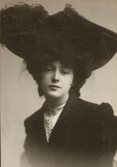 Evelyn Nesbit (Theatrical Cabinet Card) The woman that caused a scandal that left one very famous man dead.She has a very interesting history. Evelyn Nesbit, La Fille Gibson, Vintage Beauty, Vintage Fashion, Gibson Girl, Photocollage, Edwardian Era, Victorian Women, Vintage Pictures