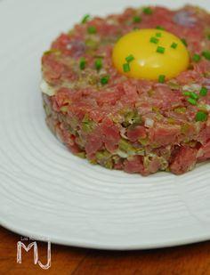 Desde hace un tiempo el Steak Tartar (¡todo un clásico!) está de moda. Raro es el bar de tapas o gastrobar que no lo tiene en su carta e...