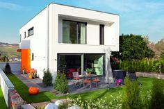Helle, offene Räume, bodentiefe Fensterfront mit Panoramaaussicht von KASTELL Massivhaus.