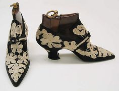 Vintage Shoes what pumps used to look like. part of a collection at the metropolitan museum of art - Vintage Shoes, Vintage Accessories, Vintage Dresses, Vintage Outfits, Fashion Accessories, Antique Clothing, Historical Clothing, Edwardian Fashion, Vintage Fashion