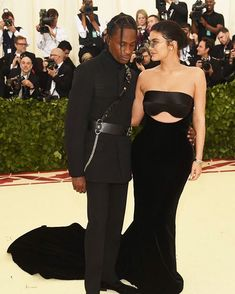 Travis Scott and Kylie Jenner attend the Heavenly Bodies: Fashion & The Catholic Imagination Costume Institute Gala at The Metropolitan Museum of Art on May 2018 in New York City. Moda Kylie Jenner, Trajes Kylie Jenner, Kylie Jenner Photos, Kylie Jenner Outfits, Kylie Jenner Met Gala, Donatella Versace, Le Style Du Jenner, Kylie Jenner Style, Kanye West