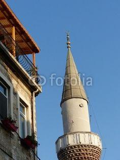 Wohnhaus mit Dachterrasse und Minarett in Istanbul Beyoglu am Goldenen Horn in der Türkei