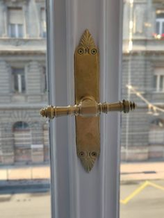Egy eloxidált, összefestett réz ablakilincs felpolírozása után. Door Handles, Home Decor, Decoration Home, Room Decor, Door Knobs, Door Pulls, Interior Decorating, Door Knob