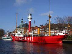 Der Ratsdelft in Emden mit dem Feuerschiff Amrumbank und dem Rathaus.