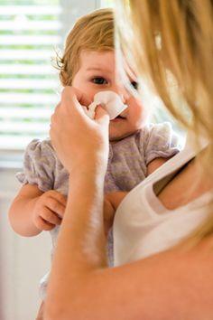 Eine Erkältung ist keine angenehme Sache, sowohl fürs Baby als auch für die Eltern. Wie Sie Ihrem Baby bei einer Erkältung mit Hausmitteln helfen können. © iStock