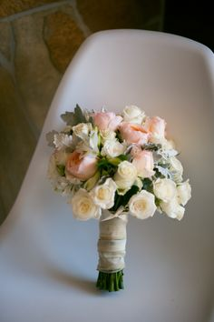 peach and white wedding bouquet featuring David Austin roses | Photo: Love Photos www.geelongphotographers.com.au