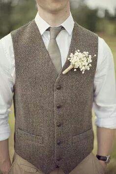 Yn veston, dee manches retroussées, un pantalon dépareillé, une boutonnière en gypso reliés par de la corde? Voilà la recette pour un costume de marié vintage