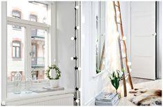 Łańcuch żarówek częścią oświetlenia w mieszkaniu. - zdjęcie od cleo-inspire - Salon - Styl Skandynawski - cleo-inspire