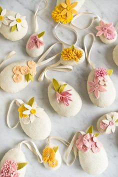 Easter Projects, Easter Crafts For Kids, Diy Osterschmuck, Diy Ostern, Felt Embroidery, Diy Easter Decorations, Felt Christmas Ornaments, Easter Holidays, Easter Wreaths
