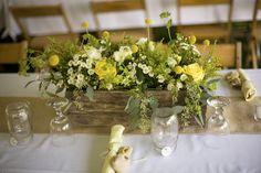 Centro de mesa en tonos amarillos.
