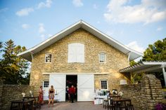 mayowood stone barn wedding reception in rochester, minnesota | Photo: Janelle Elise Photography