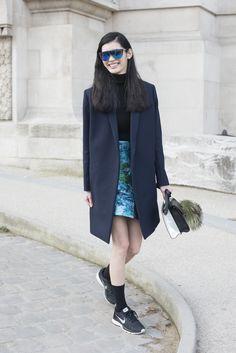 Mit einem Oversize-Mantel und Sneakern
