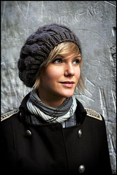 The key to making this knit cap look chic is leaving your fringe outside of the hat, framing your face–not tucked inside the hat. Hats For Short Hair, Short Hair With Bangs, Short Hair Styles, Hair Bangs, Bandeau Outfit, Best Winter Hats, Winter Hats For Women, Winter Beanies, Short Hairstyles For Women