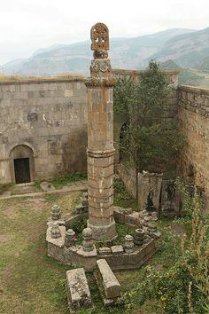 Armenia - Klasztor Tatew - kolumna Gawazan z 904r. Ma 8m wysokości. Genialna kołysząca się konstrukcja,  która swoimi odchyleniami pokazuje z wyprzedzeniem nadchodzące trzęsienie ziemi. Podobno ostrzegła przed najazdem wroga.