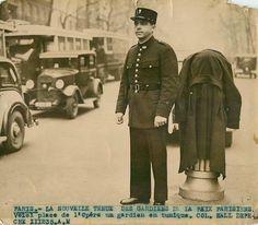 La nouvelle tenue des gardiens de la Paix, Place de l'Opéra, Paris 9ème, 1935