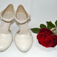 Retro nikdy nevyjde z mody...topánky v týchto strihoch sú nielen obľúbené ale aj veľmi pohodlné, keďže ide o obuv tanečnú s úpravou na bežné nosienie. FOTO: model Melanie z pravej kože ivory.  model Isolda kombinácia pravej kože ivory a saténu s ozdobnou sponkou s kryštálmi Swarovski. Ballet Shoes, Dance Shoes, Modeling, Swarovski, Retro, Fashion, Ballet Flats, Dancing Shoes, Moda